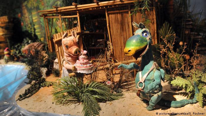 Die Marionette Urmel am Strand (Foto: picture alliance/dpa/S. Puchner)