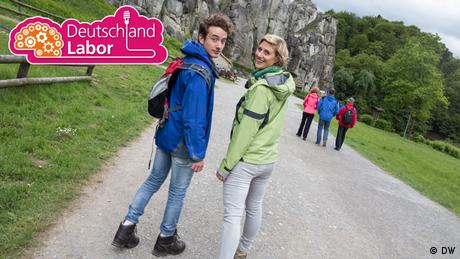David und Nina vom Deutschlandlabor stehen auf einem Wanderpfad. (DW)
