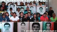 epa04917754 Parents of the 43 young people, who went missing a year ago in Iguala, Mexico, and students of Ayotzinapa school hold pictures of the missing during a press conference in Mexico City, Mexico, 06 September 2015. Parents and studens asked for a private meeting with Mexican President Enrique Pena Nieto and the extension of the investigations by the Mexican government after the experts of the Inter American Commission of Human Rights presented their report in the case on 06 September 2015 after six months of work. EPA/Mario Guzman +++(c) dpa - Bildfunk+++