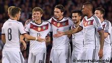 Mesut Özil, Thomas Müller, Mats Hummels, Ilkay Gündogan, Jerome Boateng und Jonas Hector feiern das 3:2 gegen Schottland in der EM-Qualifikation