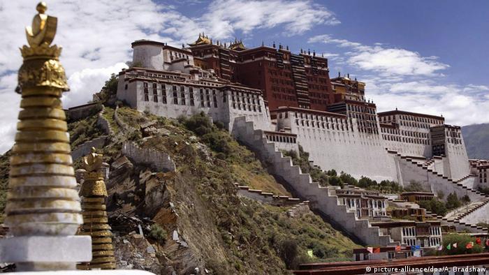 Blick auf den Potala-Palast in Lhasa in Tibet