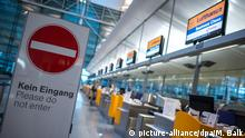 08.09.2015+++ Ein Schild mit der Aufschrift Kein Eingang ist am 08.09.2015 auf dem Flughafen in München (Bayern) vor einem Schalter der Lufthansa zu sehen. Die Vereinigung Cockpit hat zum mittlerweile 13. Streik im anhaltenden Tarifkonflikt aufgerufen. Am 08.09. werden zahlreiche Langstrecken- und Frachtflüge aus Deutschland bestreikt. Foto: Matthias Balk/dpa +++(c) dpa - Bildfunk+++