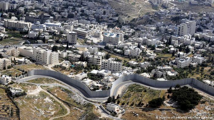 Grenzmauer im Westjordanland aus der Luft Palästina Qalqilya