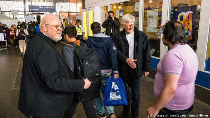Deutschland Reinhard Marx und Heinrich Bedford-Strohm begrüßen Flüchtlinge in München