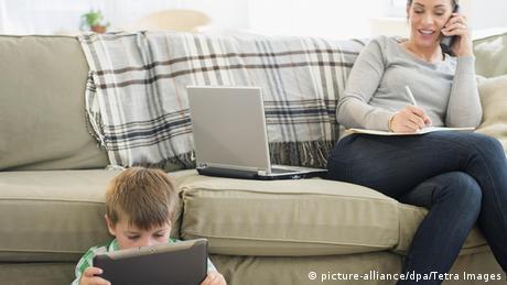 Bildergalerie Kurzsichtigkeit Symbolbild Sehen Lesen Laptop Tablet Mutter am Telefon Kind