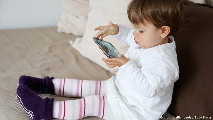 Bildergalerie Kurzsichtigkeit Symbolbild Sehen Lesen Kleinkind Smartphone