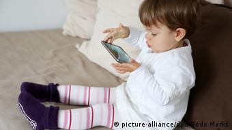 Bildergalerie Kurzsichtigkeit Symbolbild Sehen Lesen Kleinkind Smartphone (picture-alliance/dpa/Bodo Marks)