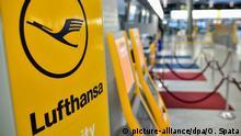 ARCHIV - Das Lufthansa-Logo, fotografiert am 01.12.2014l am leeren Check-in-Schalter von Lufthansa im Flughafen Hannover (Niedersachsen). Wegen des angekündigten Streiks der Lufthansa-Piloten fallen am 09.09.2015 in Hannover und Bremen sämtliche Verbindungen der Fluggesellschaft aus. Danach werden am Flughafen Hannover jeweils 14 An- und Abflüge gestrichen. Foto: Ole Spata/dpa (zu lni Pilotenstreik auf Kurzstrecken betrifft Flughäfen im Norden vom 08.09.2015) +++(c) dpa - Bildfunk+++