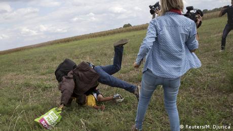 Ungarn Journalistin tritt fliehenden Migranten bei Roszke (Reuters/M. Djurica)