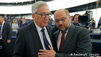 EU Juncker mit Martin Schulz vor seiner Rede im Europaparlament