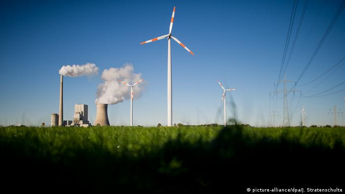 A coal power plant and a wind turbine (Photo: Julian Stratenschulte/dpa)