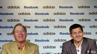 Dirut Reebok Paul Fireman (kiri) dan Dirut Adidas Herbert Hainer (kanan) tahun 2005 mengumumkan akuisisi Reebok oleh Adidas