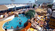 Urlauber auf dem Sonnendeck am Pool des Kreuzfahrtschiffes Aida aura, aufgenommen am 02.10.2004 während einer Kreuzfahrt auf dem Mittelmeer. Foto: Bernd Weißbrod dpa