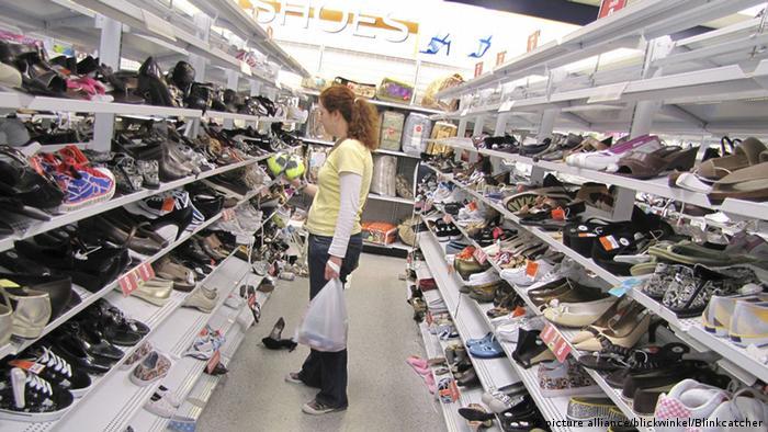 Große Auswahl: Junge Frau in einem Schuhgeschäft in Santa Cruz, Kalifornien