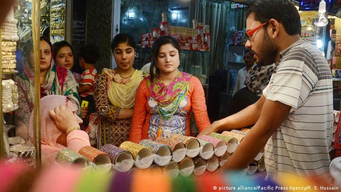 Pakistan Frauen beim Shopping (picture alliance/Pacific Press Agency/R. S. Hussain)