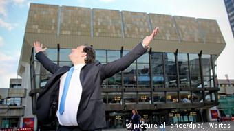 Andris Nelsons standing in front of the Leipzig Gewandhaus. (c) dpa - Bildfunk