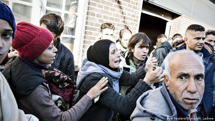 Группа беженцев на вокзале в Дании