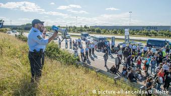 Refugees block a freeway in Denmark in 2015 (picture-alliance/dpa/B. Nolte)