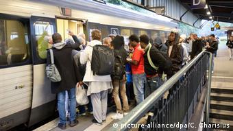 Deutschland Flüchtlinge im Bahnhof Flensburg / Zug nach Dänemark