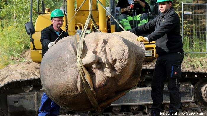 The bust of Lenin being removed from the ground near Berlin on September 10, 2015, Copyright: picture-alliance/dpa/W. Kumm