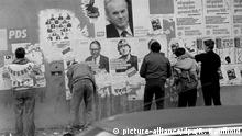 18.03.1990 ***** An einer Hauswand im Stadtbezirk Prenzlauer Berg in Berlin (Ost) hängen Plakat verschiedener Parteien, die für die Wahlen zur Volkskammer am 18. März 1990 werben. Mit der in der Wendezeit errungenen Meinungsfreiheit und Demokratie werden nun auch die Plakate der politischen Gegner abgerissen oder beschmiert. Foto: Reinhard Kaufhold +++(c) dpa - Report+++