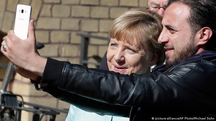 Angela Merkel in Berlin Besuch Flüchtlingsunterkunft Registrierungszentrum Selfie mit Flüchtlingen Deutschland