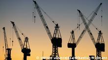 Symbolbild Kräne Deutsche Wirtschaft Deutschland Hamburg Hafen Logistic Lastkräne