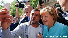Deutschland Flüchtling macht Selfie mit Merkel in Berlin-Spandau