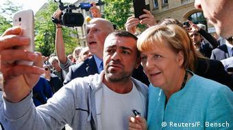 Mhamiaji akipiga picha ya pamoja na Kansela Angela Merkel Berlin. (10.09.2015)
