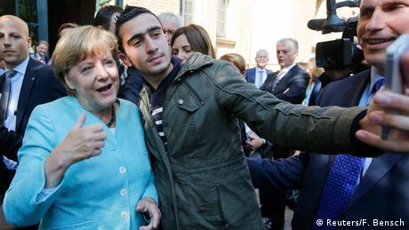 Dieses Bild ging um die Welt: Ein Flüchtling macht ein Selfie mit Angela Merkel in Berlin © Reuters/F. Bensch