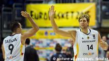 Basketball: EM, Herren - Vorrunde, Gruppe B: Deutschland - Spanien am 10.09.2015 in der Mercedes-Benz-Arena in Berlin. Deutschlands Dirk Nowitzki (r) klatscht mit Deutschlands Karsten Tadda ab. Foto: Lukas Schulze/dpa +++(c) dpa - Bildfunk+++