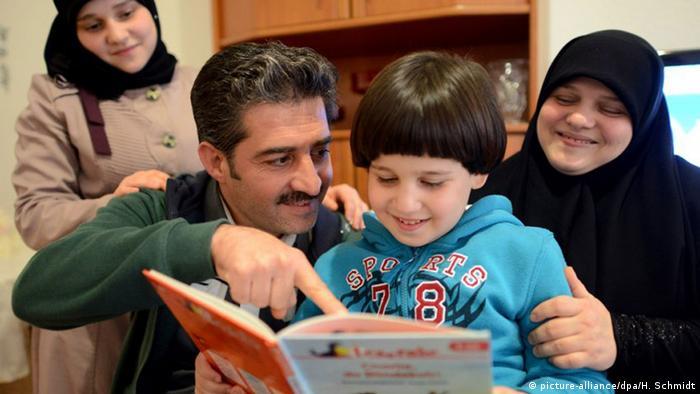 Eine syrische Familie beim Deutschlernen, 21.10.2014 (Foto: dpa)