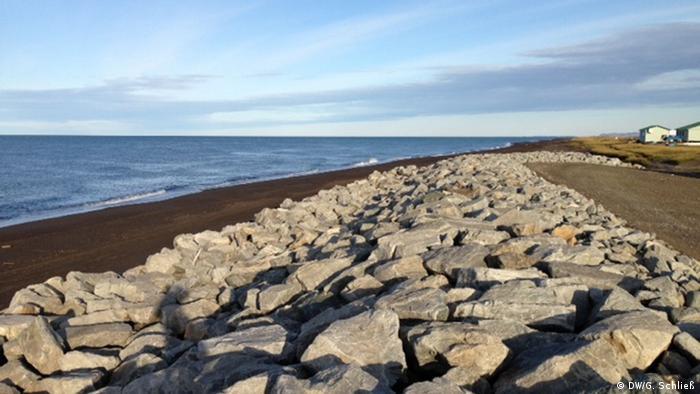 Felsblöcke an der Küste in Kivalina (Foto: DW/G. Schließ)