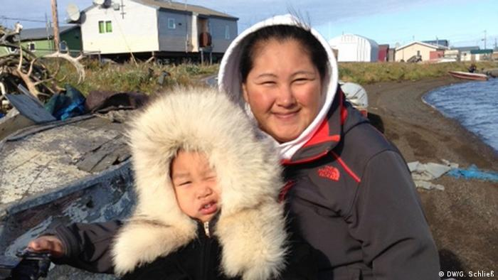 A woman and small baby smile in Kivalina, Alaska (Photo: DW/Gero Schließ)