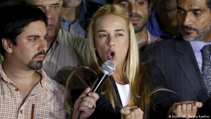 Lilian Tintori, esposa de López, llamó a mantener la calma en Venezuela tras la condena.