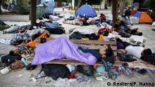 لاجئون يفتشون ساحة فيكتوريا في العاصمة اليونانية أثينا
