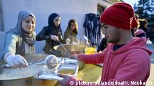 ABD0170_20150909 - TRAISKIRCHEN - ÖSTERREICH: Flüchtlinge und freiwillige Helfer am Mittwoch, 9. September 2015, anl. der Aktion Kochen für Flüchtlinge - Essen mit Freunden in Traiskirchen. - FOTO: APA/HERBERT NEUBAUER - 20150909_PD7658