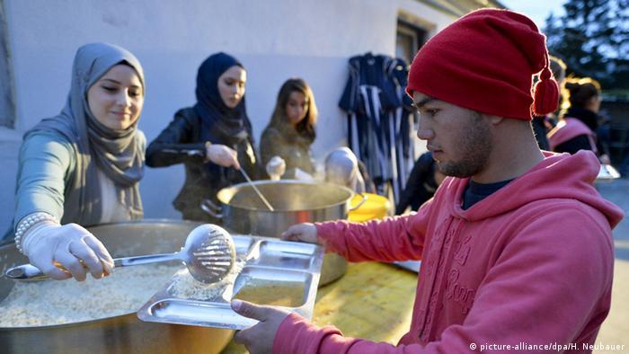 Österreich Muslimische Freiwillige Helfer für Flüchtlinge (picture-alliance/dpa/H. Neubauer)