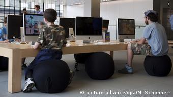 Büro Computer Sitzball sitzen Gesundheit