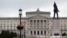 Bildunterschrift:A picture shows the Stormont Parliament Buildings, the seat of the Northern Ireland Assembly, in Belfast, Northern Ireland, on September 10, 2015. Northern Ireland's first minister threatened to resign on Thursday over alleged Irish Republican Army (IRA) activity, in a political crisis that could roll back progress made since the end of the conflict. Peter Robinson said he and fellow ministers from the pro-British Democratic Unionist Party (DUP) would quit unless the Northern Ireland Assembly was suspended, which would put the power-sharing executive on the brink of collapse. His comments came after a senior figure in Sinn Fein, which governs alongside the DUP and wants Northern Ireland to become part of Ireland, was arrested in connection with the shooting of a former IRA gunman last month. AFP PHOTO / PAUL FAITH (Photo credit should read PAUL FAITH/AFP/Getty Images)