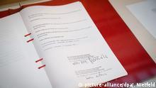 Der «Zwei-plus-Vier-Vertrags» wird am 11.09.2015 in Berlin bei der Gedenkveranstaltung zum 25. Jahrestag der Unterzeichnung ausgestellt. Im September 2015 jährt sich zum 25. Mal die Unterzeichnung des «Zwei-plus-Vier-Vertrags», der im Jahr 1990 den Weg für die Wiedervereinigung Deutschlands frei machte. Foto: Kay Nietfeld/dpa