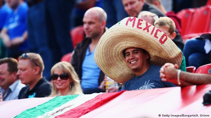 Los aficionados mexicanos llenan de color las tribunas de los estadios alemanes donde se juega la Bundesliga.