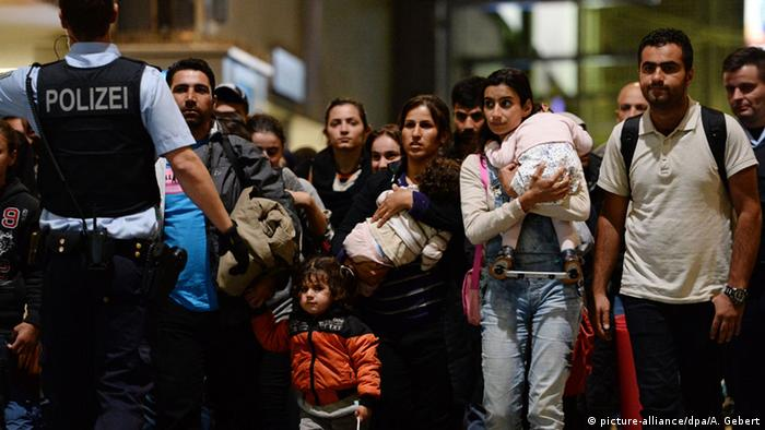 Беженцы прибывают на вокзал Мюнхена