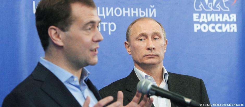 Medvedev (na foto ao lado do presidente Vladimir Putin) ordenou elaboração de medidas retaliatórias