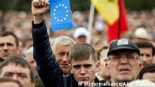 CHISINAU, MOLDOVA - SEPTEMBER 13 : People take part in a rally demanding the resignation of President Nicolae Timofti in Chisinau, Moldova on September 13, 2015. Ion Zaharia / Anadolu Agency Keine Weitergabe an Drittverwerter.