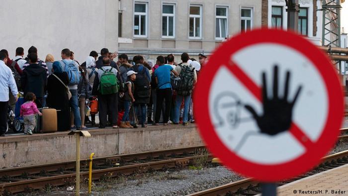 Migrantes fazem fila para esperar trem em Viena, na Áustria
