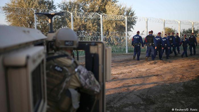 Ungarn Flüchtlingsansturm Soldaten und Polizisten an der Grenze bei Roszke