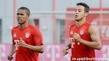 Muenchen vl. Douglas Costa (FC Bayern Muenchen) und Thiago Alcantara (FC Bayern Muenchen) FC Bayern Muenchen - Training , Fussball, Saebener Strasse 24.07.2015 , Copyright: Vallejos/Eibner-Pressefoto EP_AVS