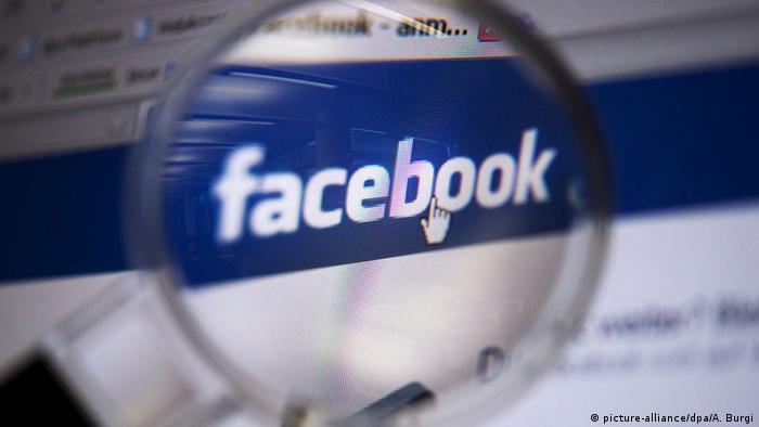 Логотип Facebook под лупой