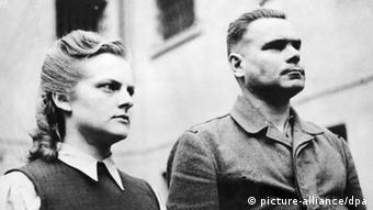 Комендант лагеря Йозеф Крамер и старший надзиратель Ирма Грезе после объявления приговора